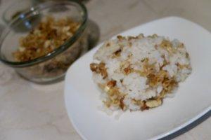Fideos chinos con almendras en arroz blanco